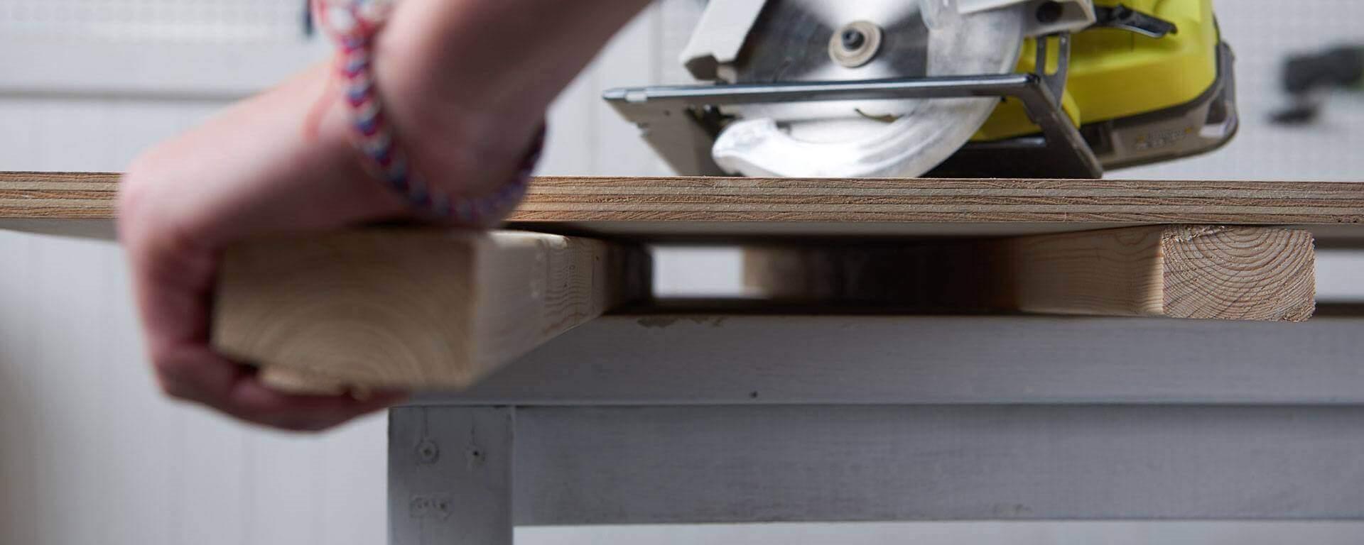 Construire Un Etabli Multifonction comment couper une planche en bois sur votre établi en